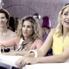 Cynthia Nixon, Sarah Jessica Parker e la bionda Kim Cattrall in una scena di Sex and the City, episodio Fuga dalla città