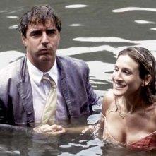 Sarah Jessica Parker e Chris Noth in una scena di Sex and the City, episodio Chi la fa l'aspetti