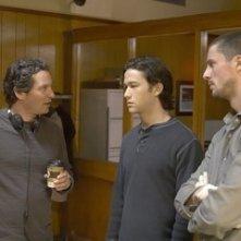 Scott Frank, Joseph Gordon-Levitt e Matthew Goode sul set di Sguardo nel vuoto