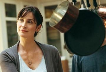 Carrie-Anne Moss in una scena del film Disturbia
