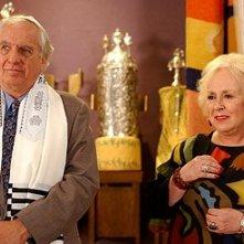 Doris Roberts e Garry Marshall in una scena del film Al passo con gli Steins
