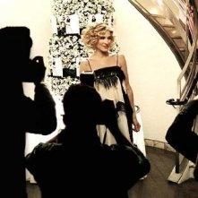 Sarah Jessica Parker è Carrie in una scena di Sex and the City, episodio Libri e carte di cuori