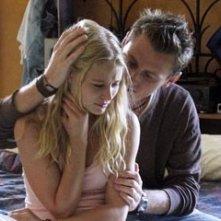 Emilie de Ravin con Keir O'Donnell nell'episodio 'Un figlio' di Lost