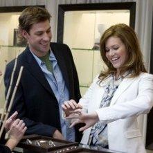 John Krasinski e Mandy Moore in una scena di Licenza di Matrimonio