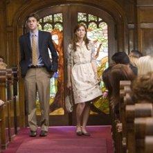 John Krasinski e Mandy Moore in una sequenza di Licenza di Matrimonio