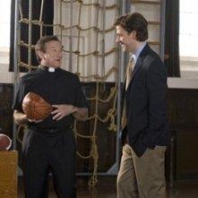 John Krasinski e Robin Williams in una scena di Licenza di Matrimonio