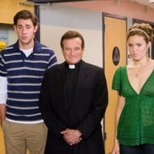 Robin Williams, John Krasinski e Mandy Moore in una scena di Licenza di Matrimonio