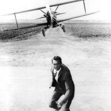 Cary Grant in una famosissima scena di Intrigo Internazionale