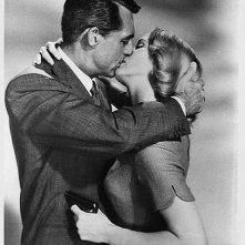 Eva Marie Saint e Cary Grant in un'immagine promozionale di Intrigo Internazionale