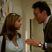 Anthony Head e Sarah Michelle Gellar in una scena di Buffy - L'ammazzavampiri, episodio Benvenuti al college