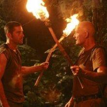 fiaccole accese per Terry O'Quinn e Matthew Fox nell'episodio 'Esodo: parte 2' di Lost