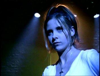 Sarah Michelle Gellar in una scena di Buffy - L'ammazzavampiri, episodio La riunione (prima stagione)