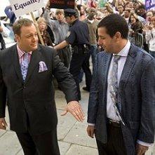 Adam Sandler con Kevin James in una scena di Io vi dichiaro marito e...marito