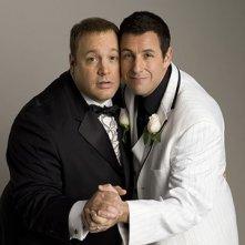 Adam Sandler e Kevin James guancia a guancia in una scena di Io vi dichiaro marito e...marito