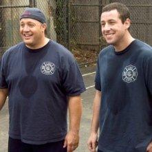Adam Sandler e Kevin James in una scena di Io vi dichiaro marito e... marito