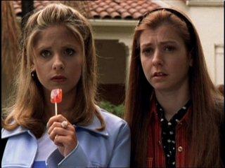 Sarah Michelle Gellar e Alyson Hannigan in una scena di Buffy - L'ammazzavampiri, episodio Incubi