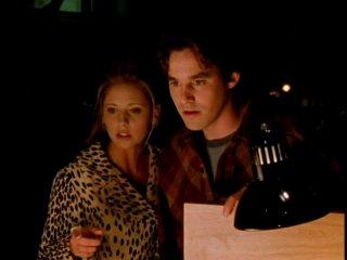 Sarah Michelle Gellar e Nicholas Brendon in una scena di Buffy - L'ammazzavampiri, episodio Il male nella rete