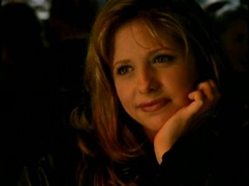 Sarah Michelle Gellar in una sequenza di Buffy - L'ammazzavampiri, episodio Il branco
