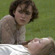 Keira Knightley e Saoirse Ronan in una scena del film Espiazione