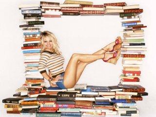 Un simpatico wallpaper di Pamela Anderson tra i libri