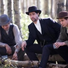 Brad Pitt con Jeremy Renner e Sam Rockwell in una scena de L'assassinio di Jesse James