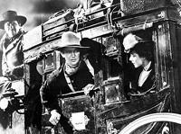 George Bancroft, John Wayne e Claire Trevor in una scena di OMBRE ROSSE