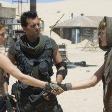 Ali Larter, Oded Fehr e Milla Jovovich in una scena di RESIDENT EVIL: EXTINCTION