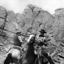 Jeffrey Hunter e John Wayne in una scena di SENTIERI SELVAGGI