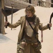 Armi in pugno per Milla Jovovich in una scena di RESIDENT EVIL: EXTINCTION