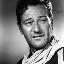 Una foto di John Wayne sul set di SENTIERI SELVAGGI