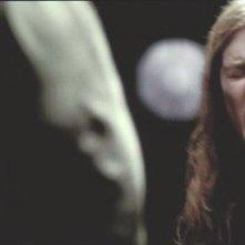 Anna Paquin in una scena di DARKNESS