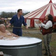 Ewan McGregor e Danny DeVito in una scena di BIG FISH