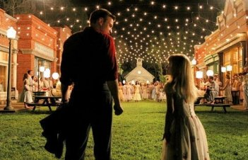 Ewan McGregor e Hailey Anne Nelson in una scena del film Big Fish