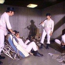James Marcus, Warren Clarke, Malcolm McDowell e Michael Tarn in una scena di ARANCIA MECCANICA