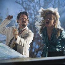Marley Shelton e Josh Brolin in una sequenza drammatica del film Planet Terror, episodio del double feature  Grind House
