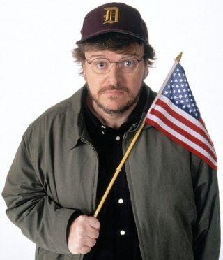 Michael Moore con la bandiera americana