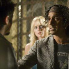 Naveen Andrews in una scena del film Planet Terror, episodio del double feature  Grind House