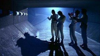 Paul Farrell, Warren Clarke, Malcolm McDowell, James Marcus e Michael Tarn in una scena del film ARANCIA MECCANICA