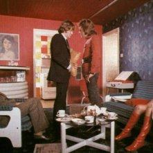Philip Stone, Malcolm McDowell, Clive Francis e Sheyla Raynor in una scena di ARANCIA MECCANICA