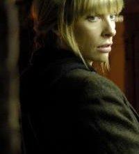 Toni Collette in una scena del dramma Symbiosis - Uniti per la morte