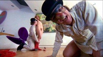 Warren Clarke, Adrienne Corri e Malcolm McDowell in una scena di ARANCIA MECCANICA