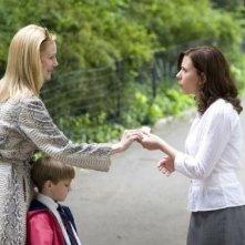 Laura Linney con Nicholas Art e Scarlett Johansson in una scena di Il diario di una tata