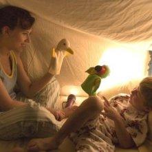 Nicholas Art con Scarlett Johansson in una scena di Il diario di una tata
