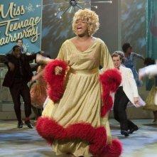 una biondissima Queen Latifah in una scena di Hairspray
