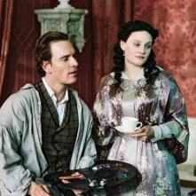 Romola Garai e Michael Fassbender in una scena del film Angel