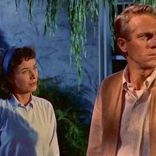Aneta Corsaut con Steve McQueen in una scena di BLOB, FLUIDO MORTALE