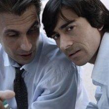 Luigi Lo Cascio e Fabrizio Gifuni in una scena de Il dolce e l'amaro