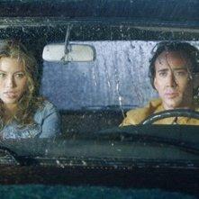 Nicolas Cage e Jessica Biel in una scena del film Next