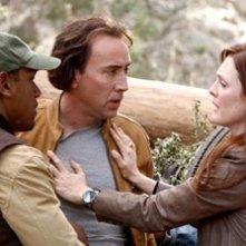 Nicolas Cage e Julianne Moore in una scena del film Next