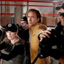 Nicolas Cage con Julianne Moore in una scena del film Next